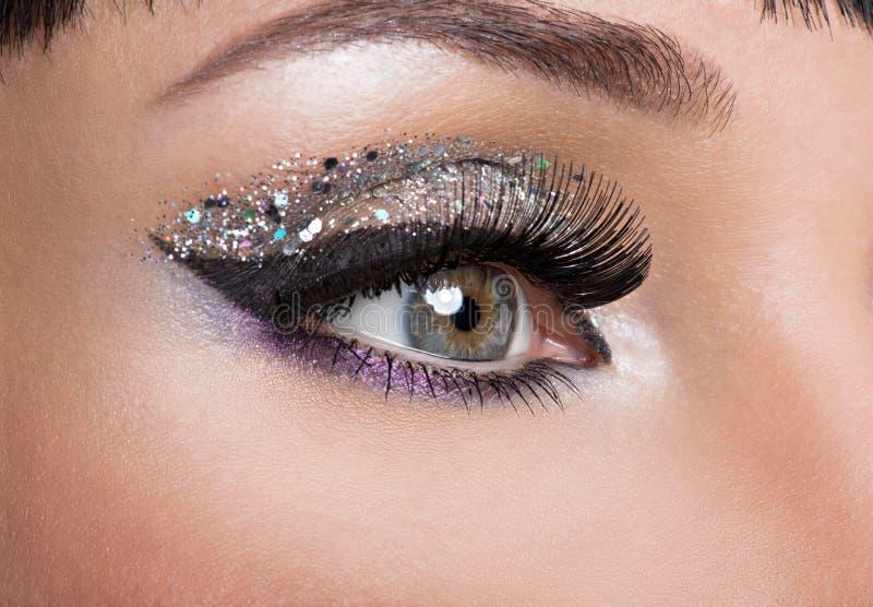 Ojo de la mujer con maquillaje de la moda imagenes de archivo