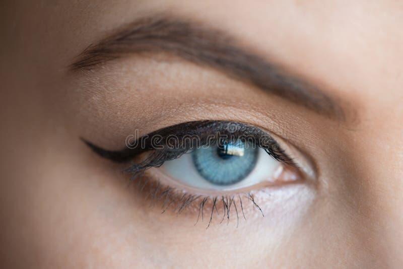 Ojo de la mujer con maquillaje de la moda fotos de archivo