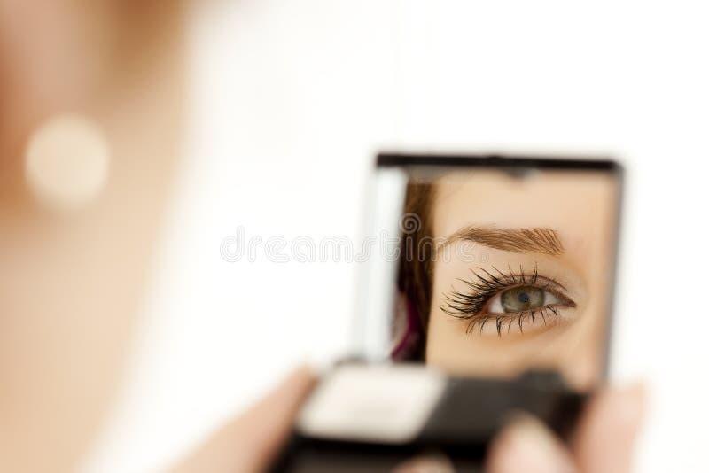 Ojo de la mujer en el espejo fotos de archivo libres de regalías