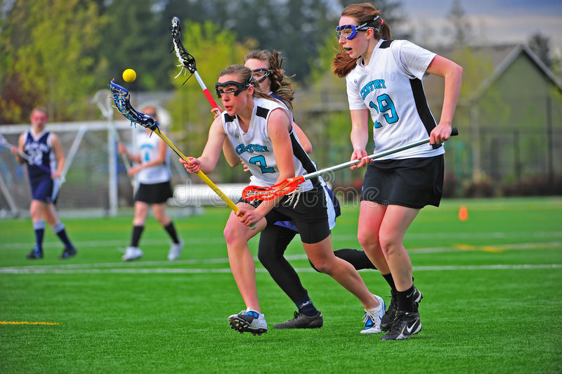 Ojo de las muchachas del lacrosse en la bola foto de archivo