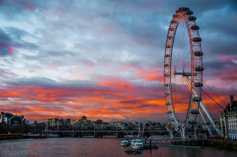 Ojo de Londres en la puesta del sol imagen de archivo