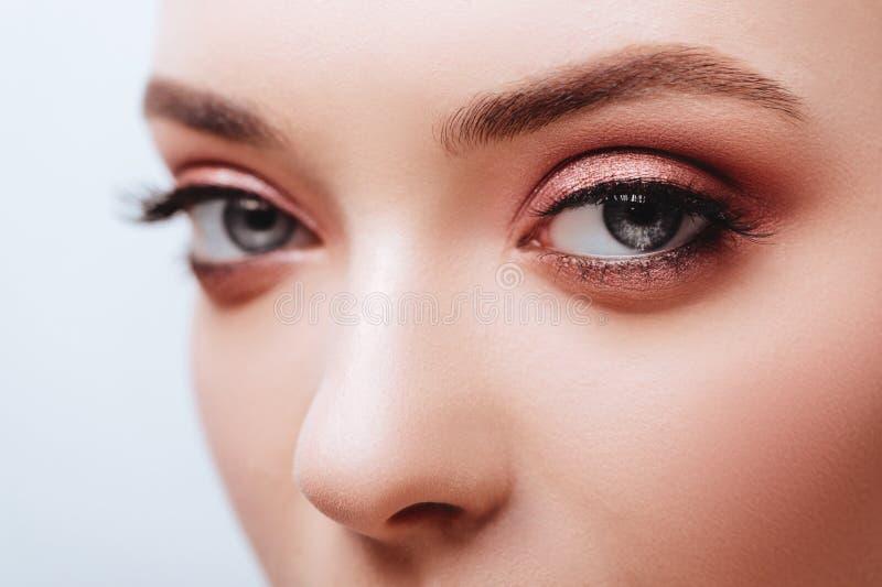 Ojo femenino con las pesta?as falsas largas extremas Extensiones de la pesta?a imagen de archivo