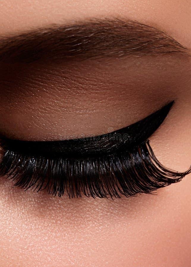 Ojo femenino hermoso con las pestañas largas extremas, maquillaje negro del trazador de líneas Maquillaje perfecto, latigazos lar fotos de archivo