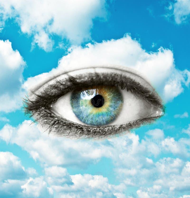 Ojo humano azul hermoso con el cielo brillante - concepto espiritual fotos de archivo