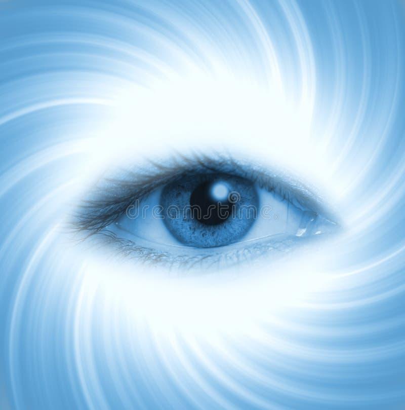 Ojo humano en fondo azul imágenes de archivo libres de regalías