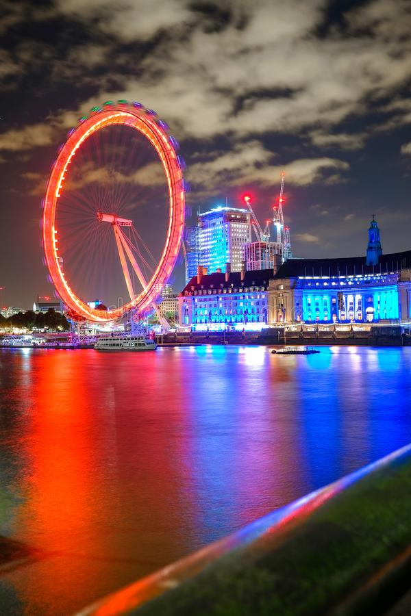 Ojo y County Hall de Londres en Londres en la noche fotografía de archivo