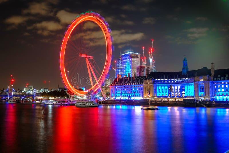 Ojo y County Hall de Londres en Londres en la noche fotos de archivo