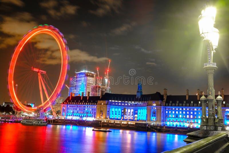 Ojo y County Hall de Londres en Londres en la noche fotografía de archivo libre de regalías