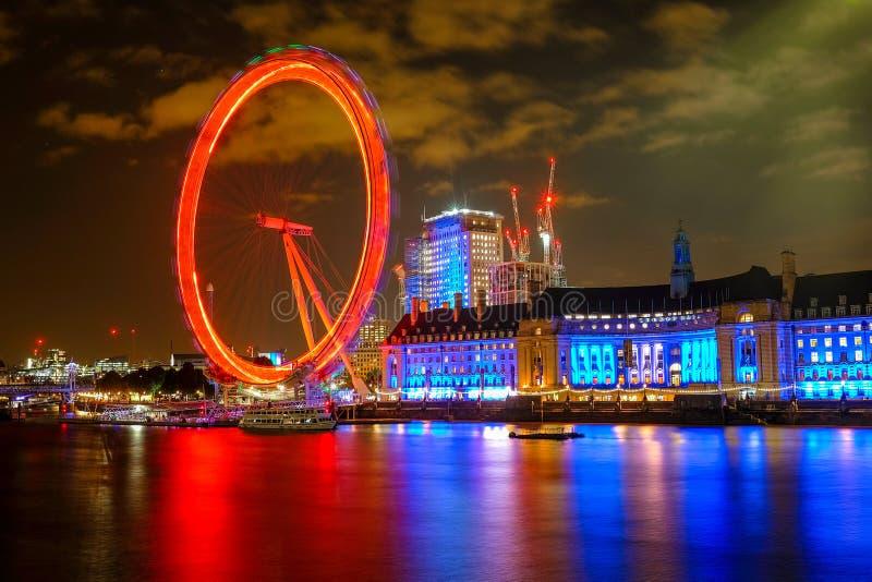 Ojo y County Hall de Londres en Londres en la noche imágenes de archivo libres de regalías