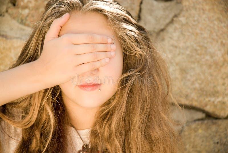 Ojos adolescentes de la muchacha cerrados fotografía de archivo