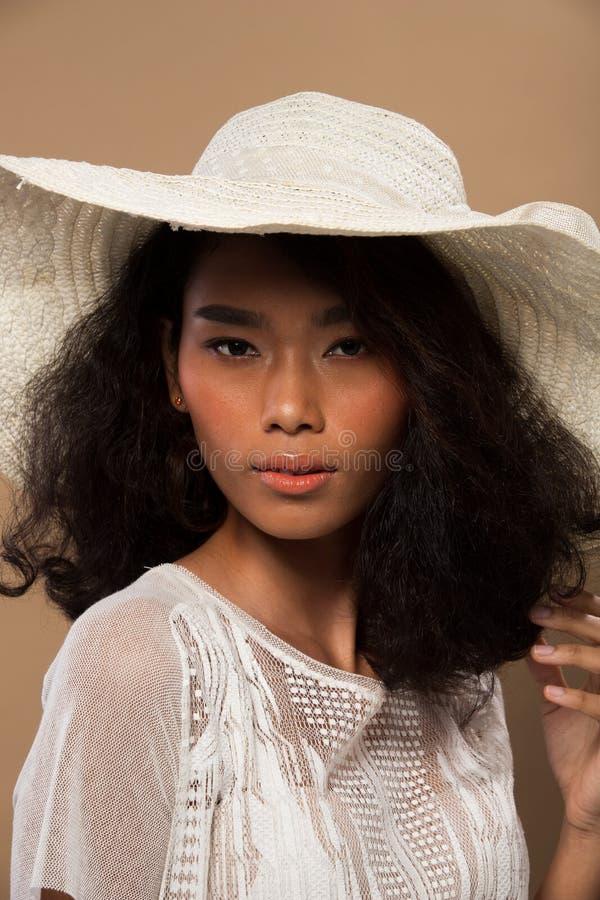 Ojos asi?ticos del pelo negro de la piel del moreno de la mujer de la moda imagenes de archivo