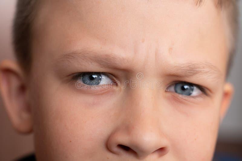 Ojos azules del primer del muchacho Retrato del ` s de los ni?os fotos macras de ojos imagenes de archivo