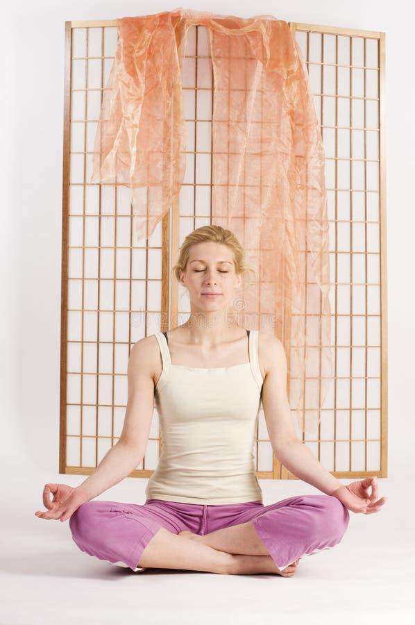 Ojos cerrados de la meditación imágenes de archivo libres de regalías