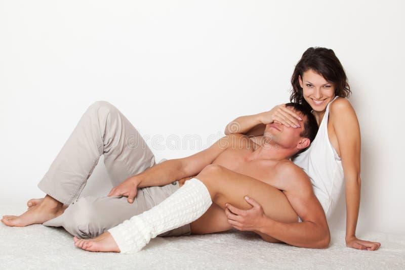 Ojos cerrados de la mujer joven al novio fotos de archivo libres de regalías