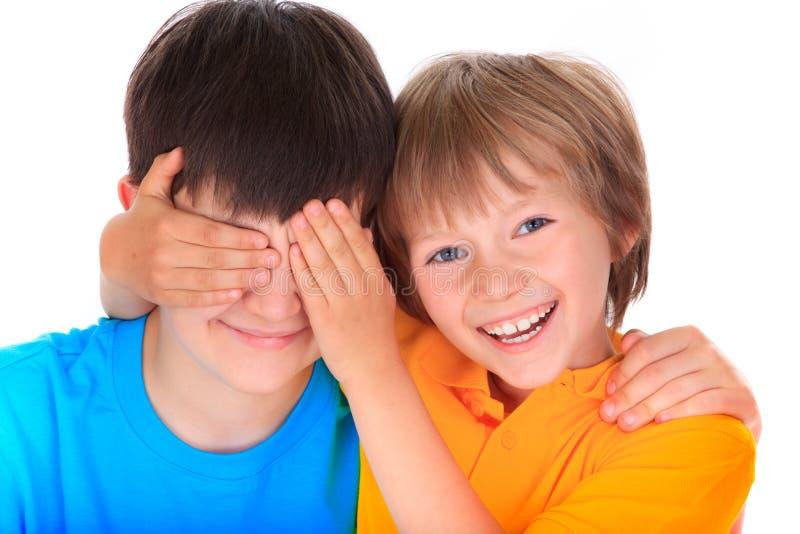 Ojos de los hermanos de la cubierta del muchacho imágenes de archivo libres de regalías
