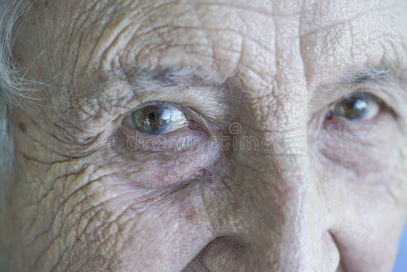 Ojos del primer de una mujer mayor fotos de archivo libres de regalías