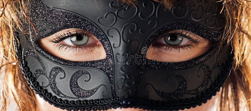 Ojos detrás de la máscara fotografía de archivo libre de regalías
