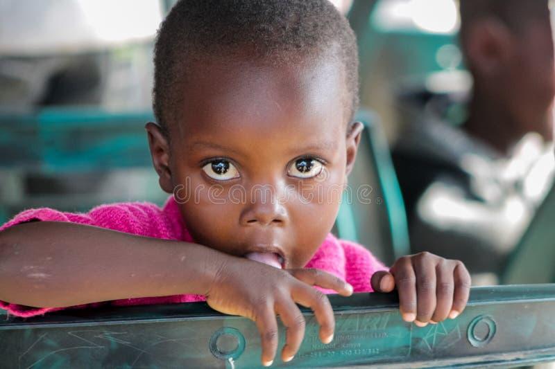 Ojos grandes del retrato africano del pequeño niño que miran en cámara fotos de archivo