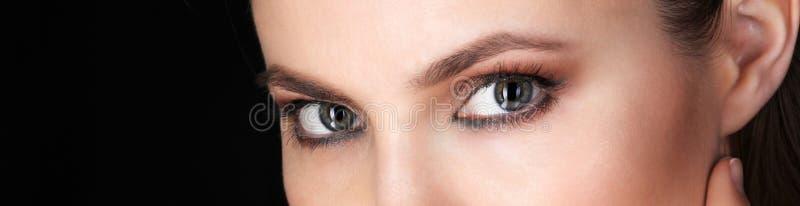 Ojos hermosos de la mujer adulta foto de archivo