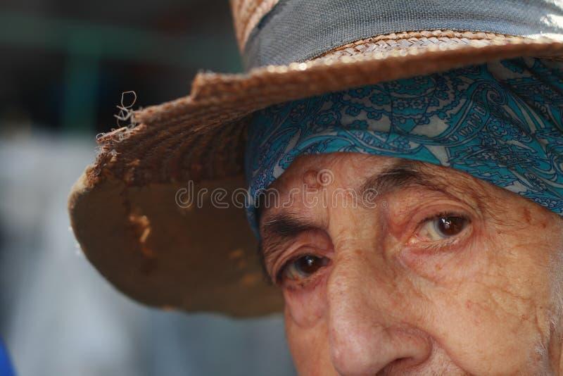 Ojos mayores de la mujer imagen de archivo