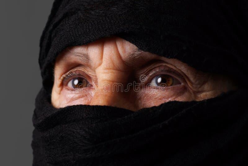 Ojos musulmanes mayores de la mujer fotografía de archivo