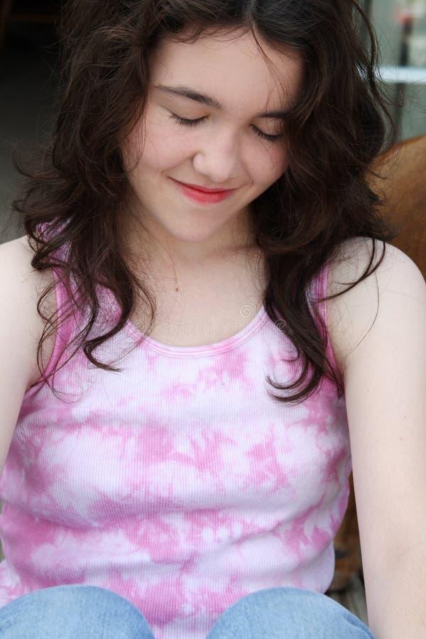 Ojos Sonrientes De La Muchacha Adolescente Cerrados Imágenes de archivo libres de regalías
