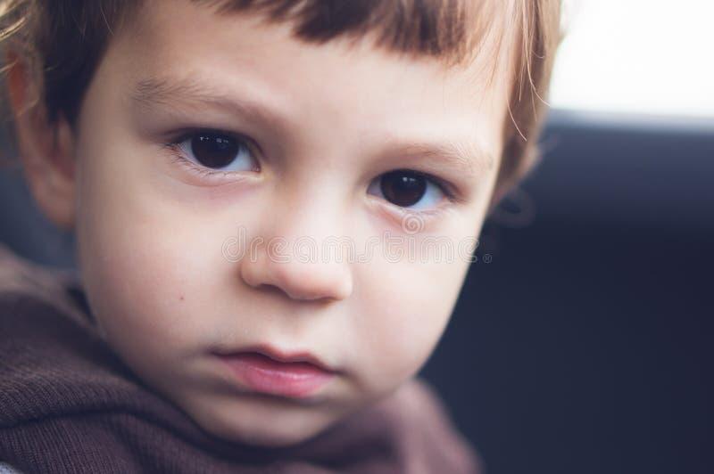 Ojos tristes de un niño fotografía de archivo