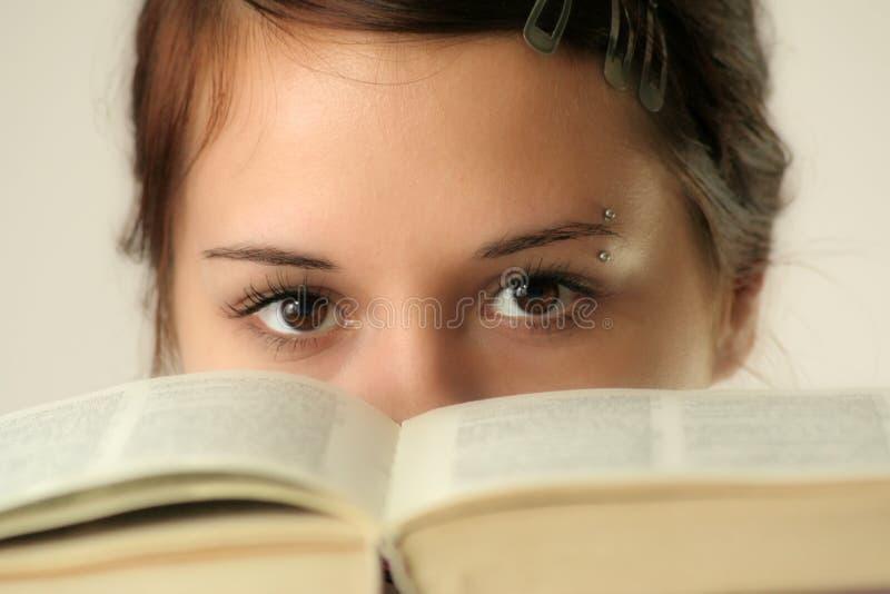 Ojos y libro foto de archivo