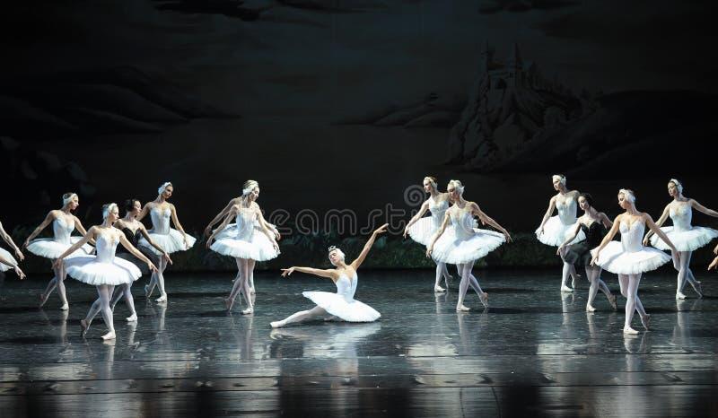 Ojta navré a commis le suicide en sautant dans une scène de bout de rivière-Le de lac swan de Lac-ballet de cygne images stock