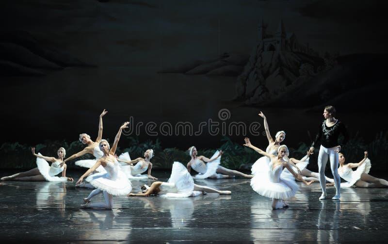 Ojta navré a commis le suicide en sautant dans une scène de bout de rivière-Le de lac swan de Lac-ballet de cygne photos stock