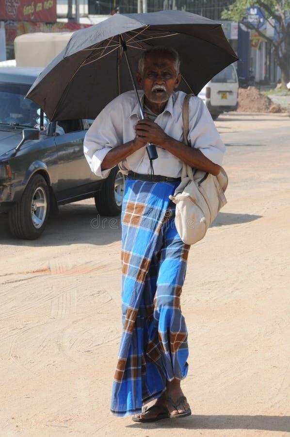 Okänd äldre man på utkanten av Colombo royaltyfri fotografi