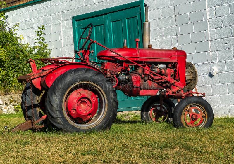 Okänd gammal traktor arkivbild