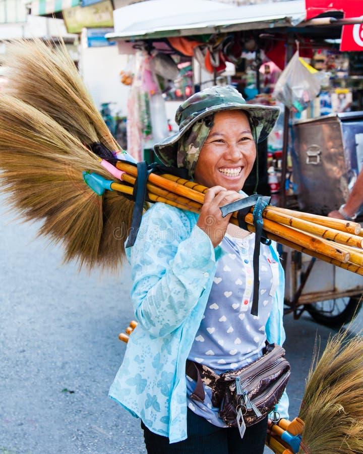 Okänd gatuförsäljare av traditionella gjorda kvaster, Thailand royaltyfria foton