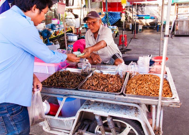 Okänd gatuförsäljare nära den berömda Maeklong järnväg marknaden arkivbild