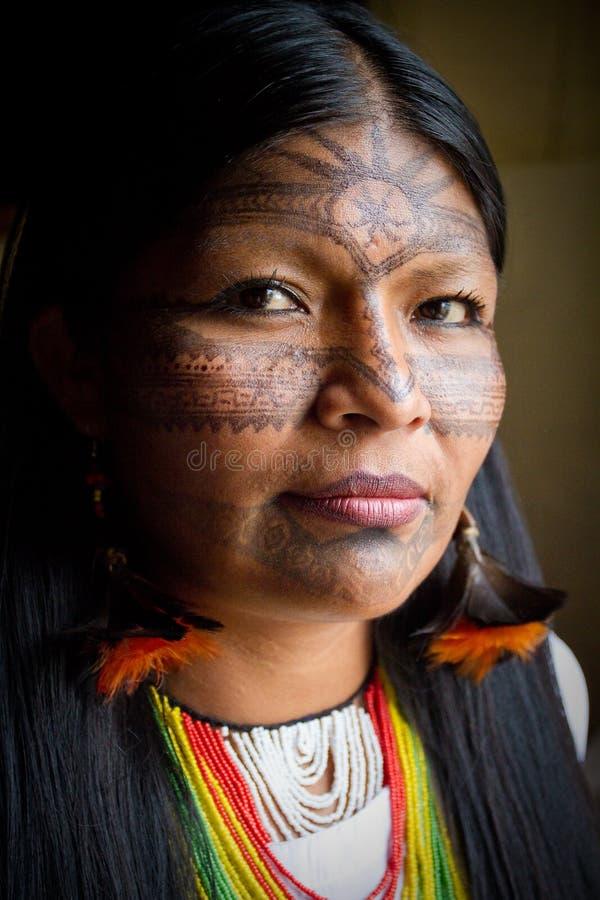 Okänd infödd kvinna under en ritual i royaltyfri fotografi