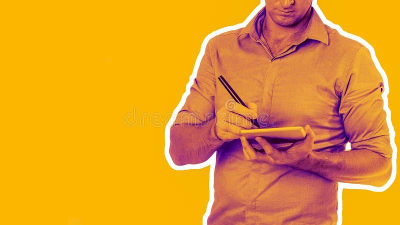 Okänd man som bär den tillfälliga försåg med krage skjortan genom att använda minnestavlan med en penna - teknologibegrepp med de arkivbilder