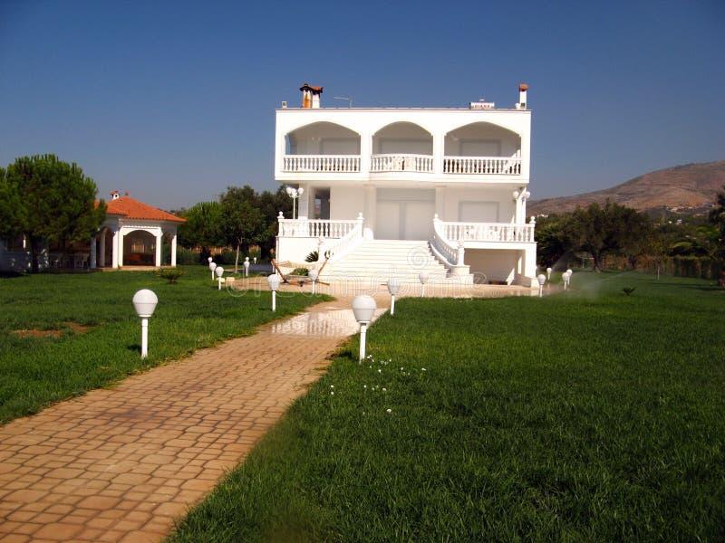 Okänd vit grekisk villa på en sommardag Eretria Grekland, Augu royaltyfri foto