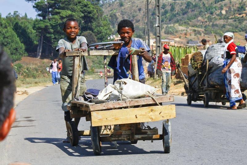 Okända pojkar bär en traditionell caresavagn fotografering för bildbyråer