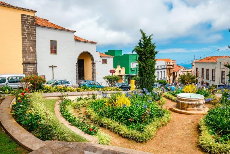 Okända turister besöker den La Orotava staden, Tenerife, kanariefågelöar royaltyfria bilder
