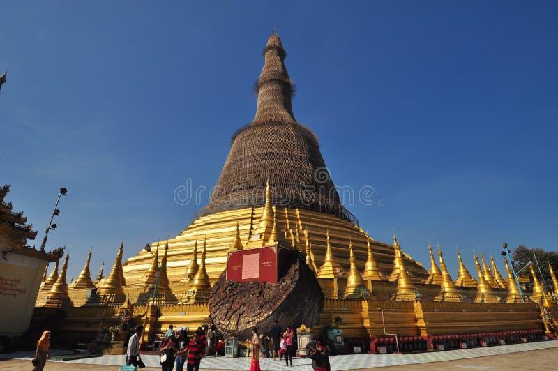 Okända turister besöker den Shwe MawDaw pagoden i Yangon, Myanmar arkivbilder