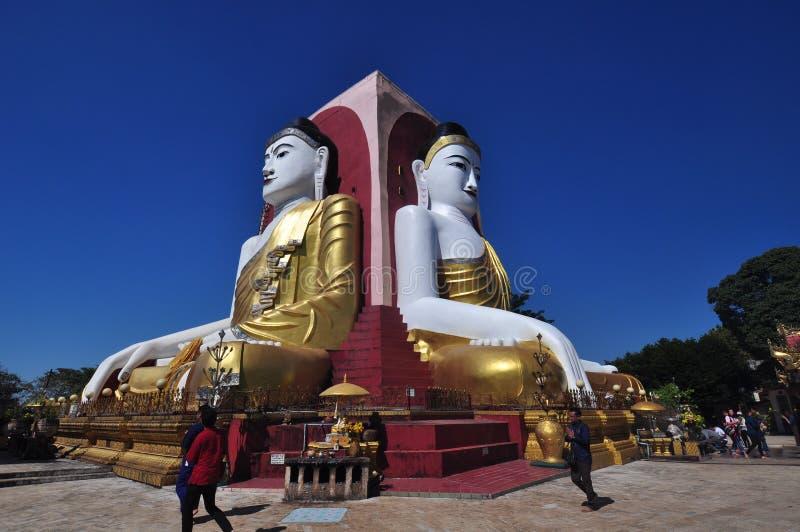 Okända turister besöker Kyaik Pun Pagoda i Bago, Myanmar arkivfoto