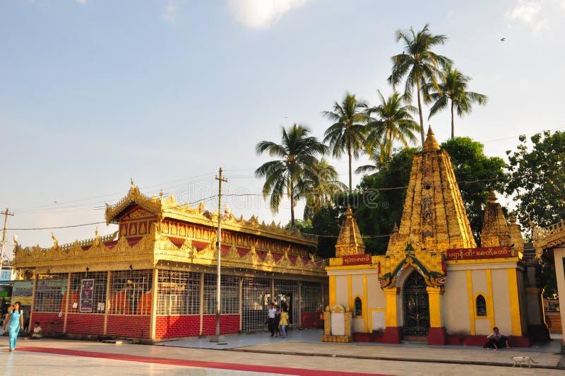 Okända turister besöker templet av den Botataung pagoden arkivfoton