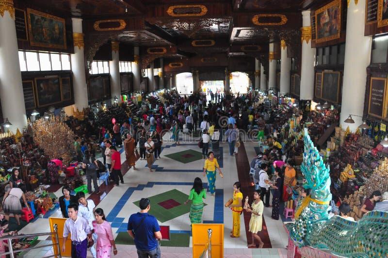 Okända turister besöker templet av Shwethalyaung som vilar knoppen royaltyfri bild