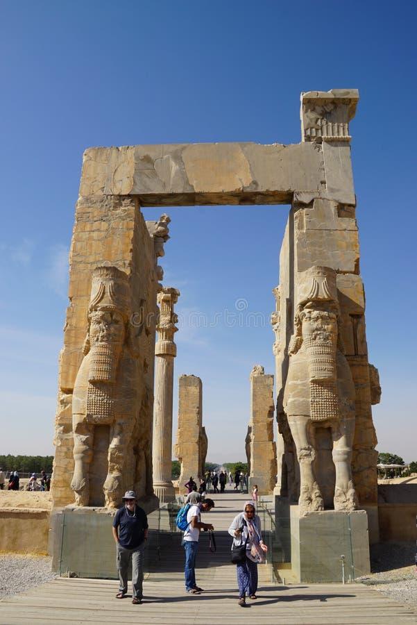 Okända turister som allra går till och med nationer för port i Persepolis royaltyfri bild