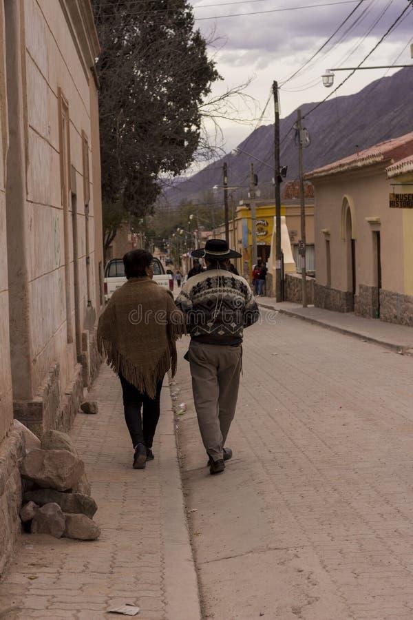 Okända vuxna par som går på en gata i Jujuy, Argentina arkivbild