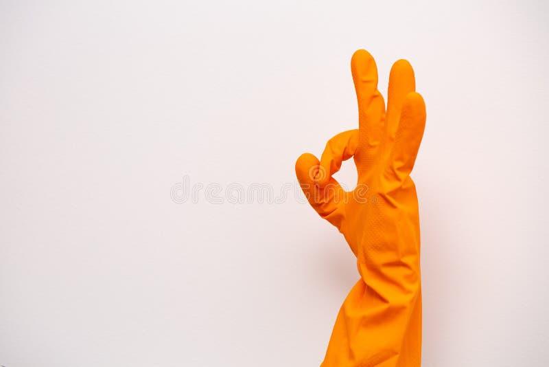 Ok tecken av orange rubber handskar Förbereda sig för att göra ren Händer gör ren, når de har gjort ren Gnälligt folk Rubber hand royaltyfria bilder