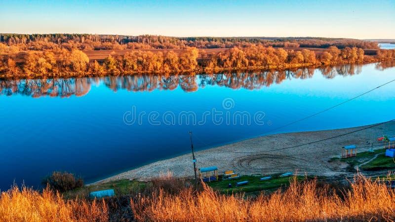 Oka河的美好的风景在Kolomna,秋天全景,明亮的秋天在11月 金黄树,蓝天 免版税库存照片