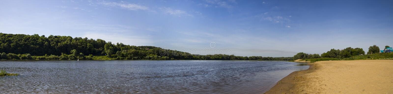Oka-Fluss an einem Sommertag Panorama stockfotos