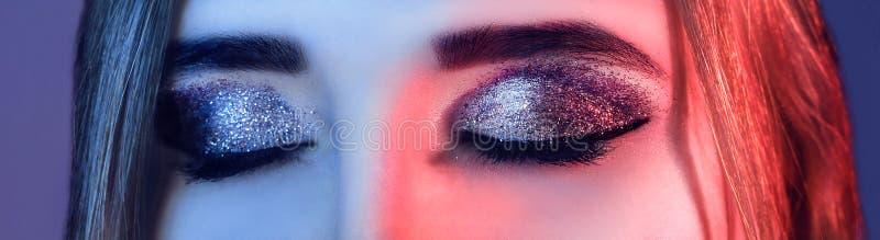 Oka Makeup Piękny oko błyskotliwości makijaż Wakacyjny makeup szczegół fałszywi baty kobieta w kolorowych jaskrawych światłach z  fotografia royalty free
