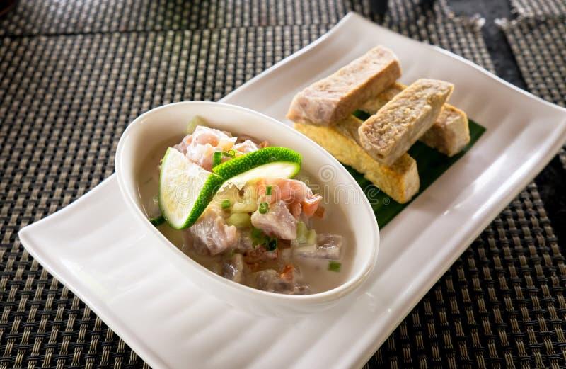 Oka - som är bekant som kokoda, peta, ceviche eller den poisson cruen - är Polyne arkivfoton